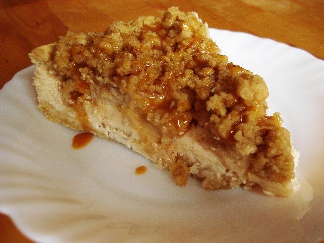 Cheesecake mit Apfel, knusprigen Streuseln und Karamellsoße