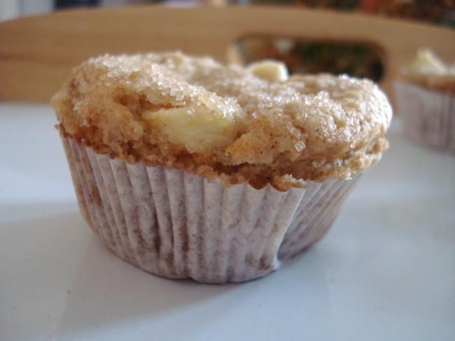 Apfel Muffin mit braunem Zucker bestreut