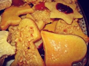 Butterplätzchen mit Glasur, mit Haselnüssen und mit Marmelade