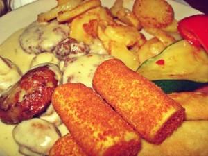 Kroketten, (fertig?)Bouletten mit Champignons-Rahmsoße, Bratkartoffeln und weitere Leckereien vom Buffet der Tempo-Box