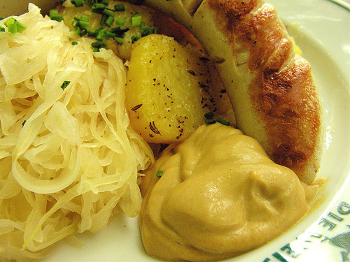 Bratwurst mit Sauerkraut- eine Berühmtheit in der deutschen Küche ©Flickr/ j_bary (CC-Lizenz:Weitergabe nur mit Namensnennung)