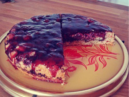 Mandelkuchen mit Schokolade und Kirschen- darüber ein fruchtiger Tortenguss