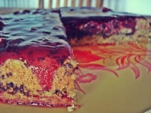 Ein saftiger Mandelkuchen mit weiteren Schichten aus Schokolade und Kirschen
