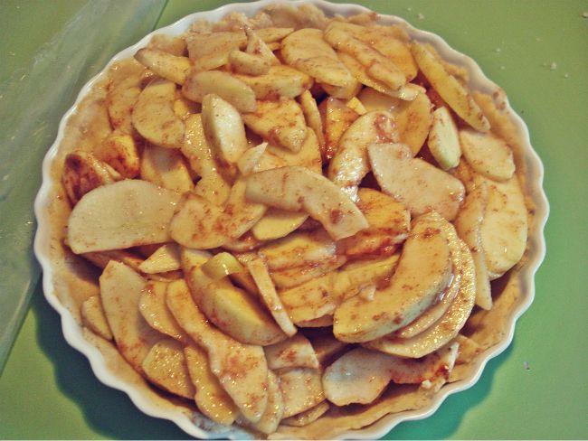 Die Füllung für den Apple Pie gleichmäßig auf dem Boden verteilen