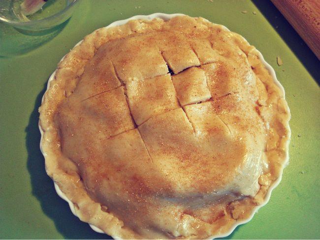 Der mit Eiweis bestrichene und mit Zucker bestreute Apple Pie vor dem Backen