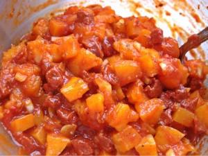 Fertig angerührte Füllung aus Chorizo, Kürbis und Tomate