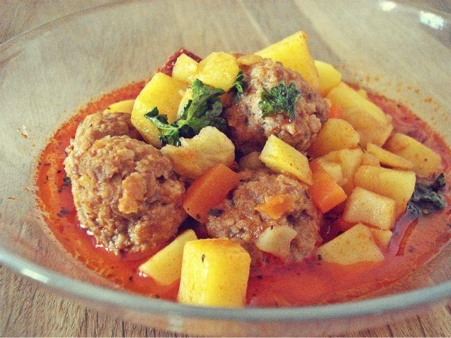Kartoffelsuppe spanisch angehaucht mit Chorizo, feurigen Hackbällchen und Tomaten