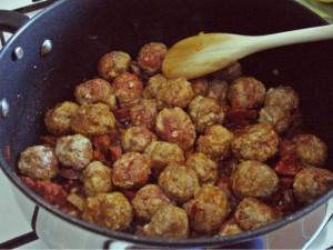 Hackbällchen und Chorizo werden angebraten für die Kartoffelsuppe
