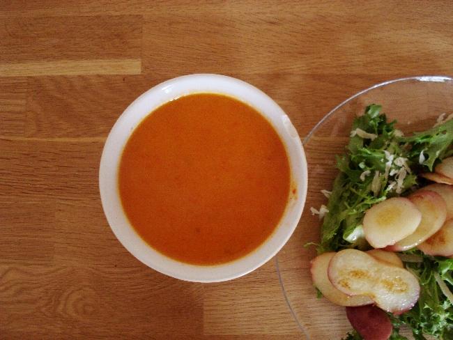 Apfel-Paprika-Suppe: Leuchtend Orange mit Lollosalat, geriebenem Parmesan und gebratenen Plattpfirsichen