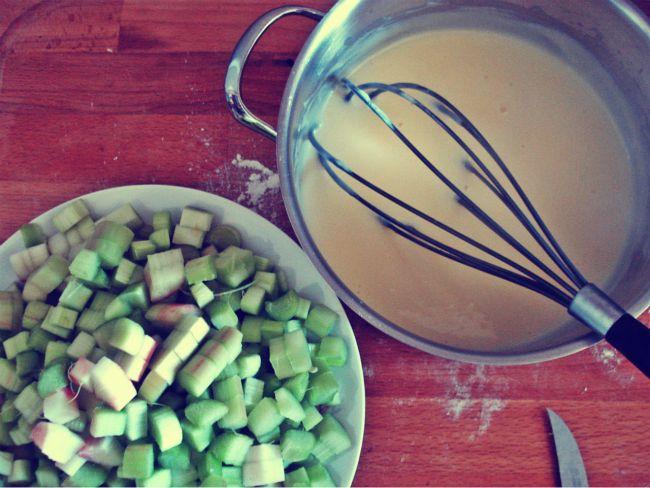 Rhabarberkuchen: Vanillepudding und klein geschnittener Rhabarber