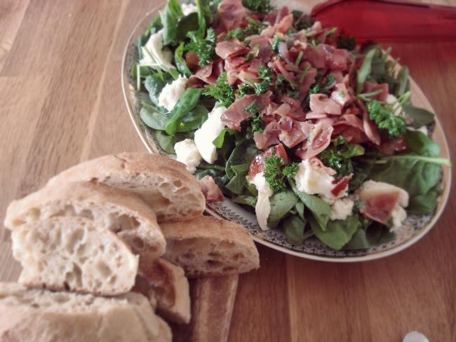 Spinatsalat mit Schinken, Mozzarella und noch warmem Ciabatto Brot