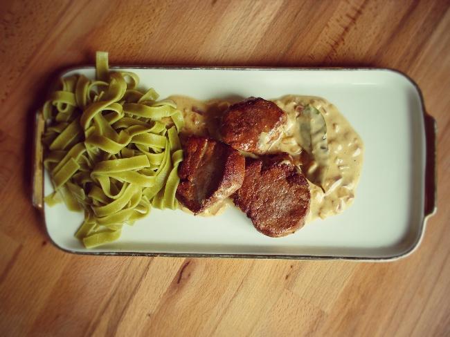 Schweinefilet mit Zimt und grüner Pasta
