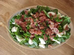 Salat aus frischem Bio-Spinat mit knusprigem Schinken, Mozzarella und Olivenöl