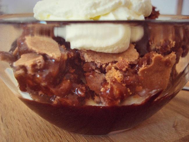 Die einzelnen Schichten vom Eisbecher mit Brownies und Hot Fudge Schokoladensauce