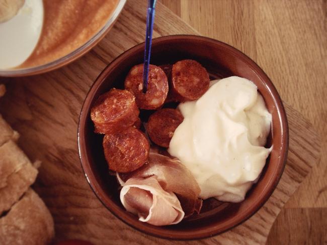 Selbstgemachte Aioli mit (selbstaufgeschnittener) Chorizo und (selbst aus der Verpackung geholtem) Serrano Schinken: Ein paar Tapas zur Salmorejo