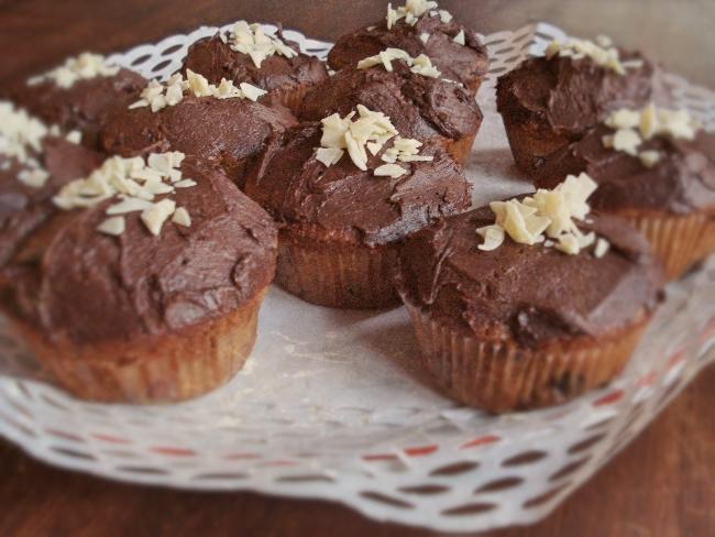 Kirsch-Cupcakes mit Kirschwasser und einem Schokoladen Frosting