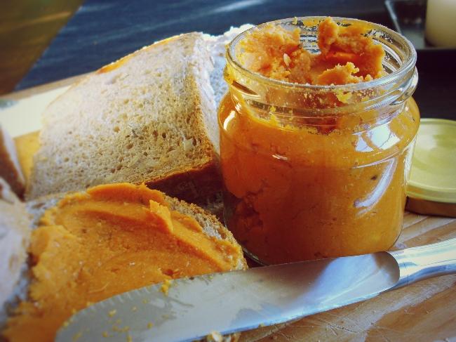 Mein hausgemachter vegetarischer Brotaufstrich aus Kichererbsen und Tomaten