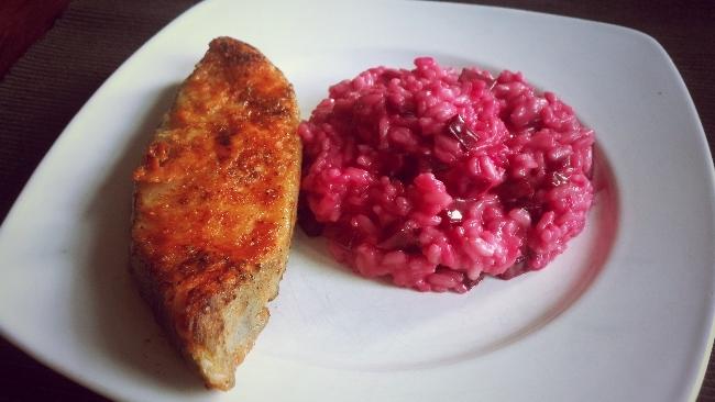 Rote-Bete-Risotto mit einem knusprigen Steak vom Heilbutt