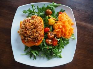 Gefüllte Paprikachoten auf Rucolasalat und mit gerieben Karotten