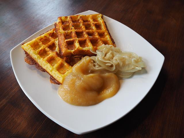 Kartoffelwaffeln mit gebatenen Zwiebelringen und Apfelmark
