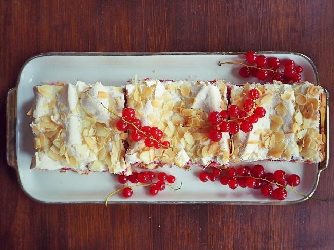 Blechkuchen mit Johannisbeeren und einer Krone aus zartem Baiser