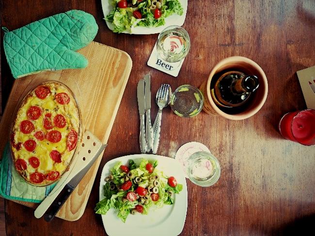 Spanische Tortilla mit Oliven und Salat