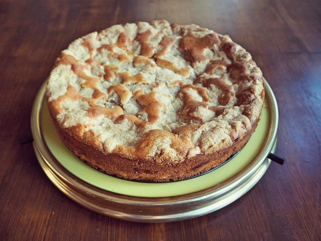 Streuselkuchen mit Apfel. Hier könnt ihr meine Streusel sehen,die eher Zupfen geworden sind. Lecker ist der Kuchen trotzdem.