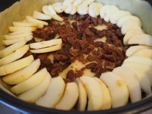 Käsekuchen gefüllt mit Äpfeln