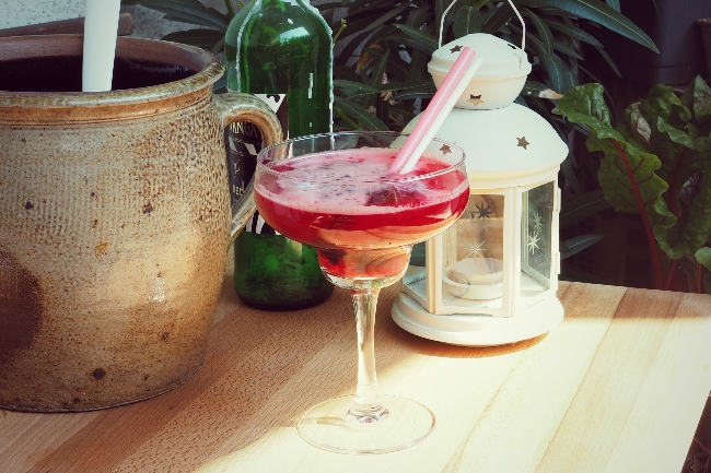 Sommerbowle: Aus einem Rumtopf eine prickelnde Erfrischung herstellen