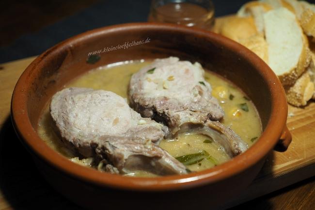 Ein saftiges Kotelett vom Schwein, geschmort in Fino und mit Salbei und Maronen verfeinert
